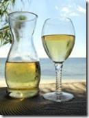 12378150-una-caraffa-e-un-bicchiere-di-vino-bianco-in-spiaggia