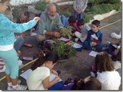 luciano con i bambini della scuola